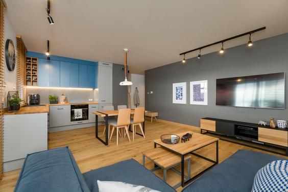 Aranżacja mieszkania dla podróżniczki, któremu oświetlenie dodaje charakteru