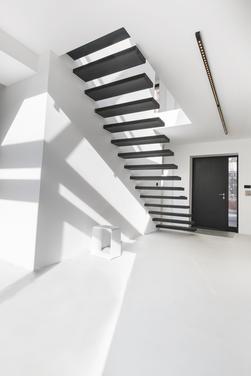 Minimalistyczny projekt dobrze oświetlonego biura